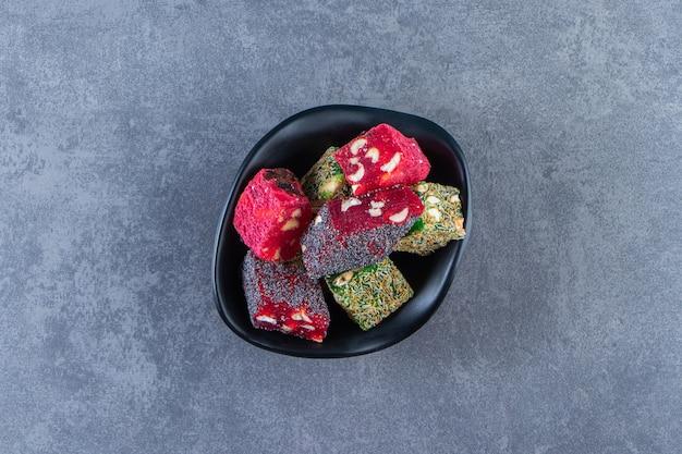 Türkische köstlichkeiten in einer schüssel, auf der marmoroberfläche