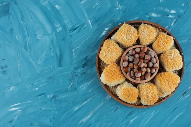 Türkische köstlichkeiten mit macadamianüssen auf einem dunklen holzteller