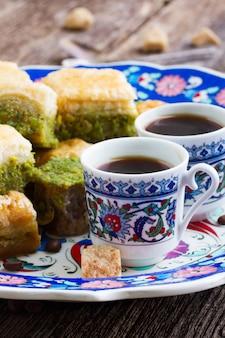 Türkische köstlichkeiten. schwarzer kaffee mit süßigkeiten