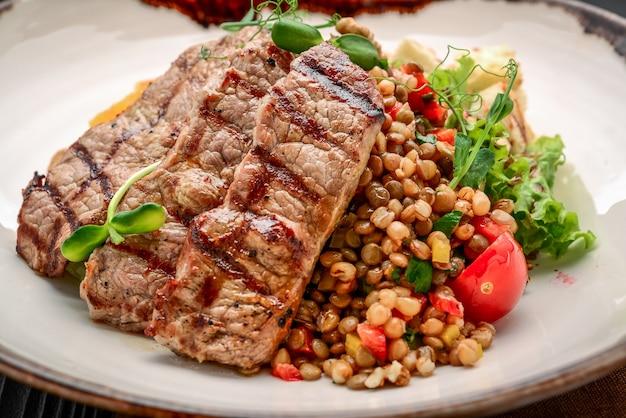Türkische küche, weizenbrei mit steak und gemüse. keshkek
