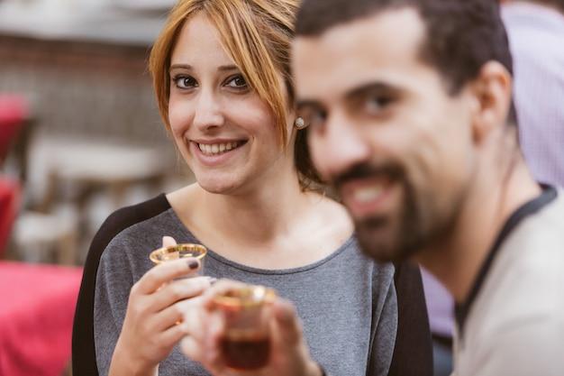 Türkische paare, die cay, traditionellen tee, in istanbul trinken