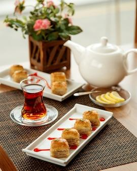 Türkische pakhlava mit pistazie und schwarzem tee
