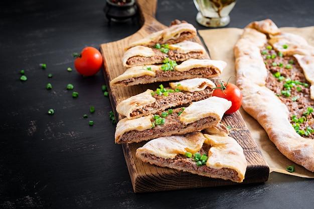 Türkische pide mit hackfleisch, kiymali pide. traditionelle türkische küche. türkische pizza pita mit fleisch.