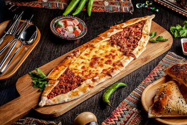 Türkische pizza pita mit einer anderen füllung.