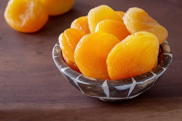 Türkische riesige getrocknete aprikosen in der hölzernen schüssel.