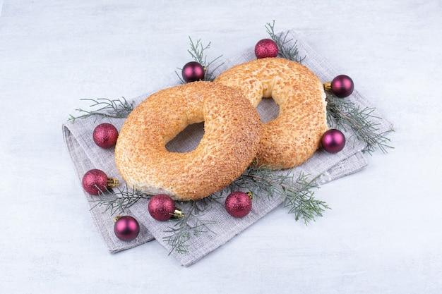Türkische simits mit weihnachtskugeln auf tischdecke