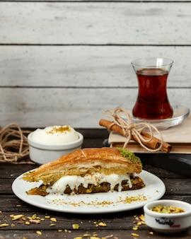 Türkische süßigkeit aus blätterteig und nüssen