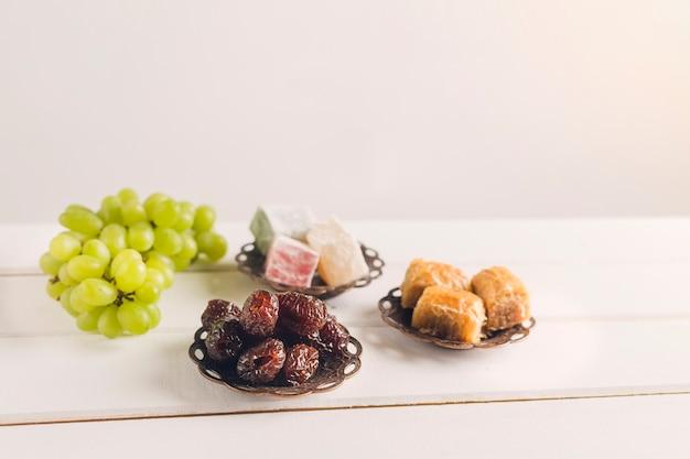 Türkische süßigkeiten und trauben