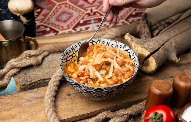 Türkische suppe kuru fasulye mit kräutern und gewürzen.
