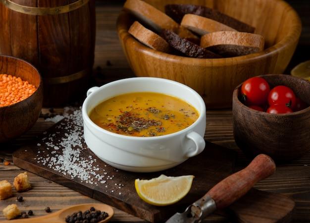 Türkische suppe mit gewürzen