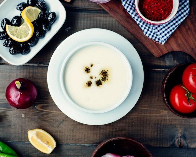 Türkische suppe mit zutaten auf dem tisch