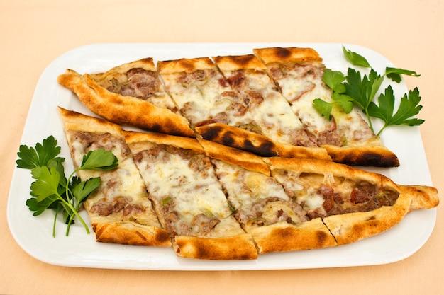 Türkische tortilla pita mit fleischstücken, geschmolzenem käse und scheiben gemüse