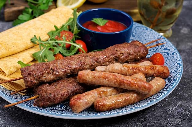 Türkische und arabische traditionelle ramadan-mischungskebabplatte. kebab adana, lamm und rindfleisch