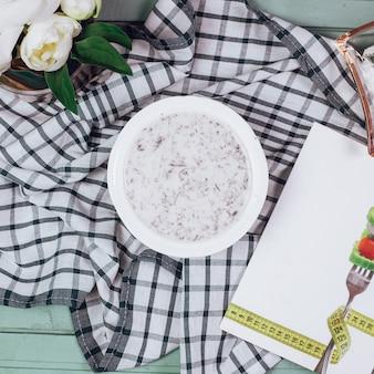 Türkische yayla-suppe in einer weißen schüssel
