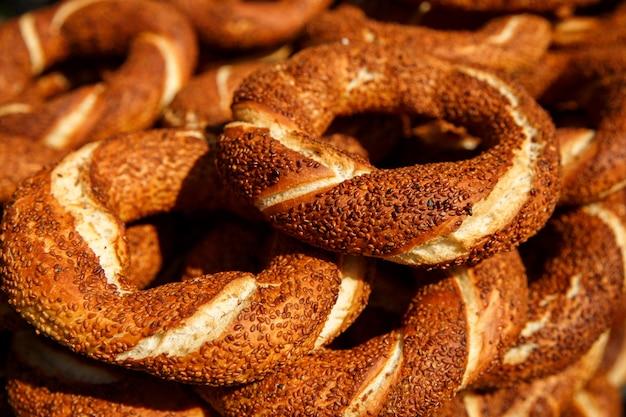 Türkischer bagel simit mit sesam, traditionelles gebäck der türkei