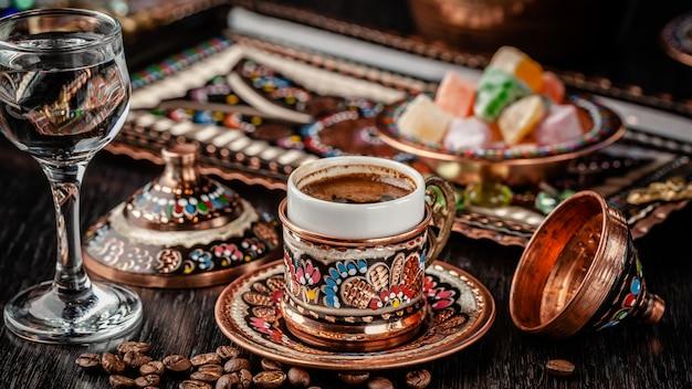 Türkischer gebrühter schwarzer kaffee.