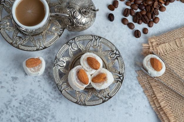 Türkischer genuss mit mandeln und kokosnüssen auf teller. hochwertiges foto