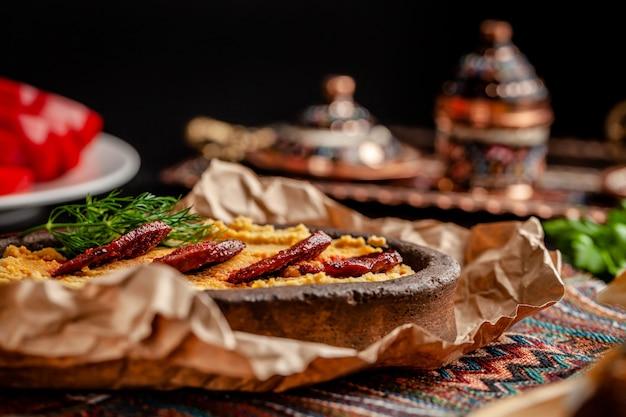 Türkischer hummus mit salamiwurst.