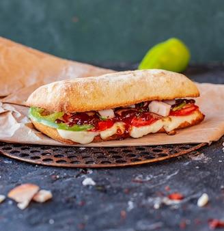 Türkischer iskender döner mit mischnahrungsmitteln und geschmolzenem käse