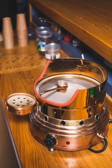 Türkischer kaffee auf heißem sand über hölzernem schreibtisch an der kaffeestube