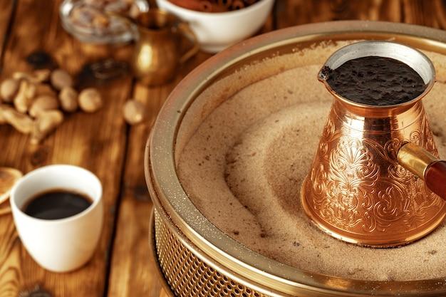 Türkischer kaffee in cezve auf dem sand