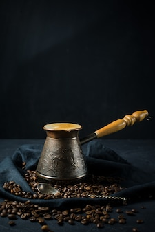 Türkischer kaffee in einem cezve, das frühstück.