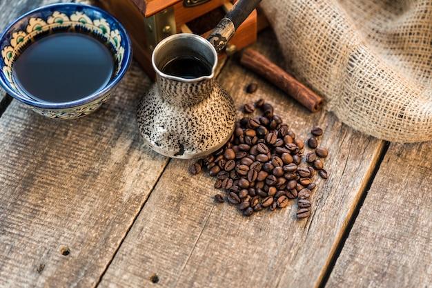 Türkischer kaffee-konzept. kupferne kaffeekanne, weinlesekaffeemühle, kaffeebohnen