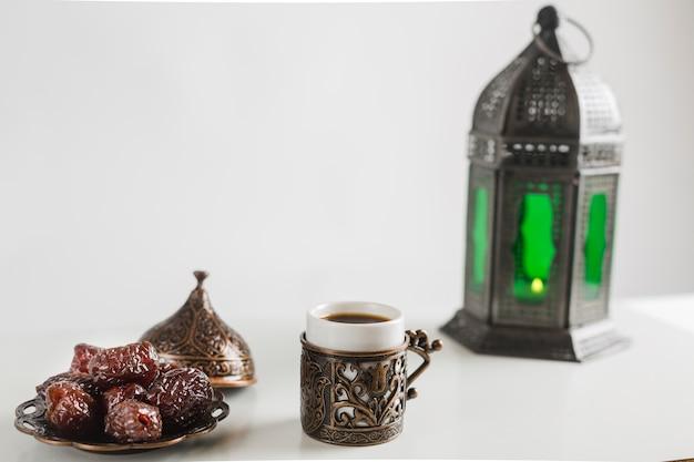 Türkischer kaffee mit süßigkeiten und kerzenhalter
