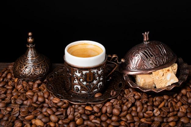 Türkischer kaffee. orientalisches geschirr mit muster. kaffeebohnen, türkische freude