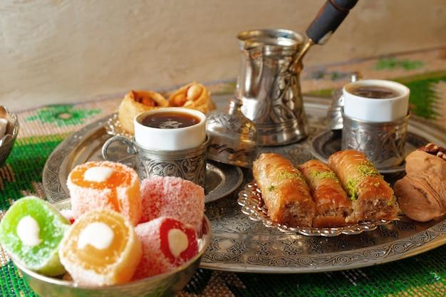 Türkischer kaffee serviert mit türkischem genuss auf metalltablett