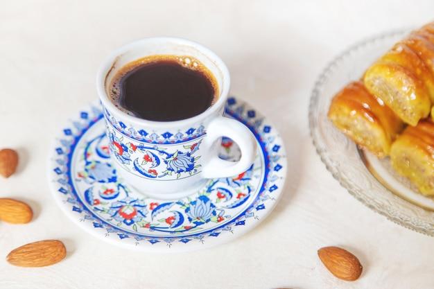 Türkischer kaffee und baklava auf hellem hintergrund. selektiver fokus. natur.