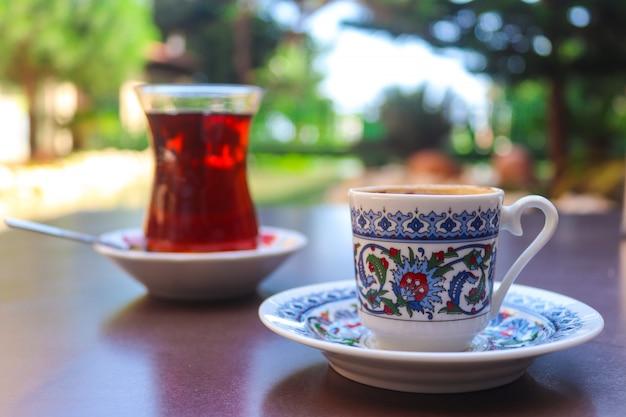Türkischer kaffee und tee in traditionellen tassen in einem straßenrestaurant.