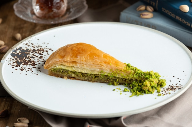 Türkischer nachtisch pakhlava mit pistazie.