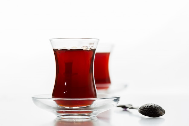 Türkischer tee im traditionellen glas getrennt