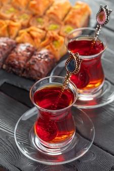 Türkischer tee im traditionellen glas