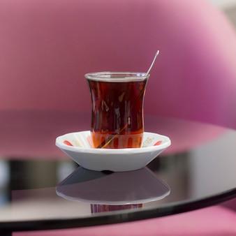 Türkischer tee in einem traditionellen glas auf dem tisch