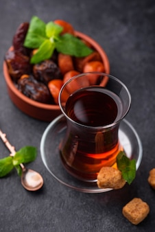 Türkischer tee in traditionellem glas mit getrockneten früchten