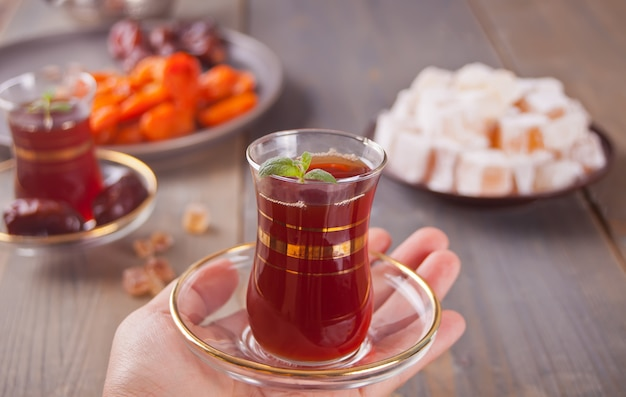 Türkischer tee in traditionellen glastassen und türkischen süßigkeiten