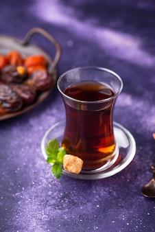 Türkischer tee mit trockenfrüchten