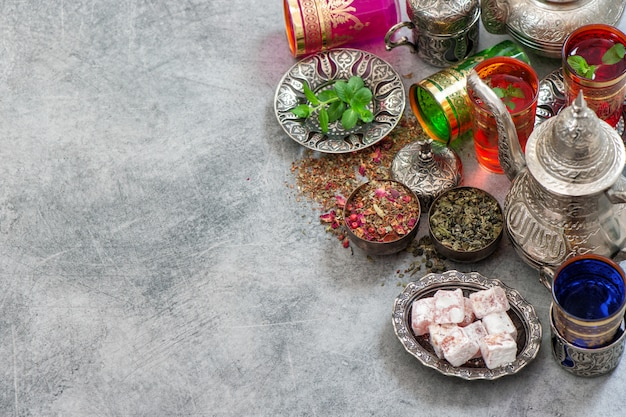 Türkischer teetisch mit köstlichkeiten. orientalische gastfreundschaft