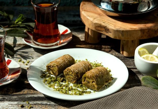 Türkisches bakhlava-gebäck mit dünnen schichten, gefüllt mit pistazien
