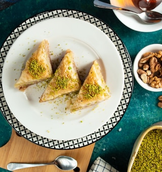 Türkisches baklava in der draufsicht der platte
