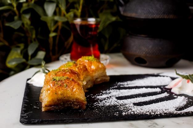 Türkisches baklava mit nüssen, die mit sorbet bestreut sind