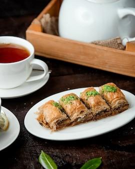 Türkisches baklava mit nüssen und duftendem tee