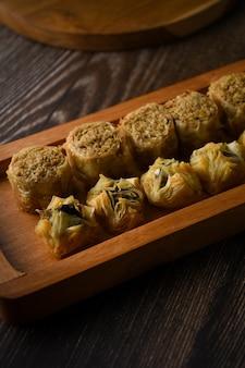 Türkisches baklava süßes gebäck auf holztablett