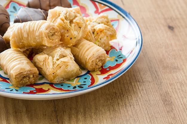 Türkisches dessert baklava auf holztisch mit kopienraum