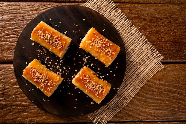Türkisches dessert kadayif auf holzhintergrund.