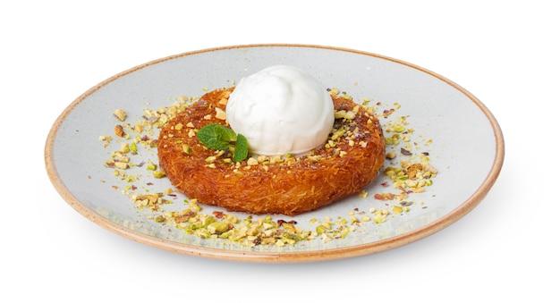 Türkisches dessert kunefe mit eiskugel isoliert auf weiß