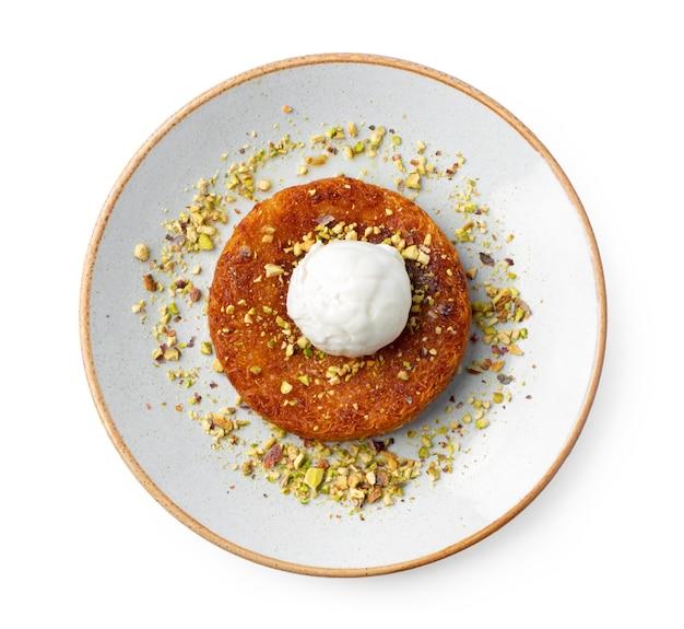 Türkisches dessert kunefe mit eiskugel lokalisiert auf weiß