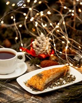 Türkisches dessert mit schwarzem tee